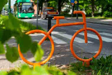 Orange cykel stadsmiljö